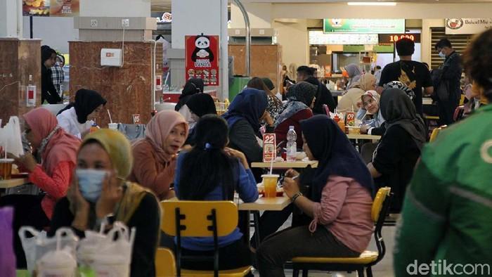 Restoran di Solo diijinkan untuk melayani makan di tempat setelah PPKM turun ke level 3. Begini suasana di Food Court Solo Grand Mall (SGM), Solo, Jateng.
