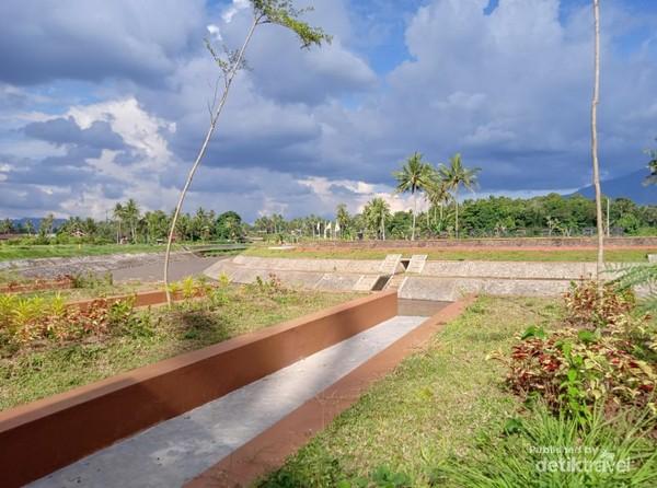 Taman yang didesain sedemikian rupa, untuk memanjakan para pengunjung.