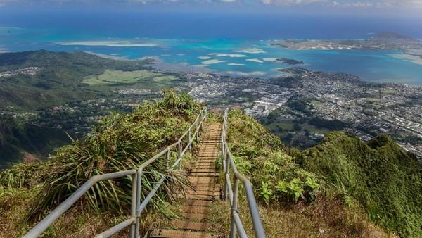 Sebanyak 3.922 anak tangga menjadi jalan untuk mendaki gunung Kaneohe, sisi timur Oahu. (Magicphotos/Getty Images)