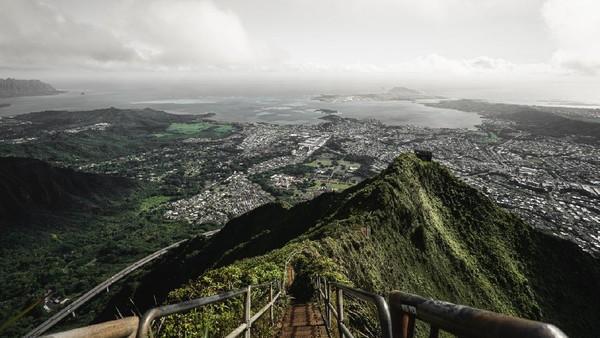 Tangga Haiku menjadi destinasi yang terkenal di Hawaii. Tangga Haiku memiliki rute yang menantang dan indah. Apalagi, saat kabut turun menjadikan ujung jalan itu seolah-olah menuju surga. Makanya, destinasi ini dijulukiStairway to Heaven. (iStockphoto)
