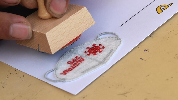 (210916) -- WINA, 16 September, 2021 (Xinhua) -- Seorang staf Pos Austria membubuhkan cap stempel pada prangko khusus berbentuk masker Mini FFP2 di Wina, Austria, pada 16 September 2021. Pos Austria menerbitkan prangko khusus masker Mini FFP2 pada Kamis (16/9), yang bertujuan untuk mengingatkan orang-orang agar mengenakan masker FFP2 guna membantu melindungi dari infeksi. (Xinhua/Guo Chen)