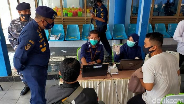 Kru kapal, sopir logistik dan nelayan di Pelabuhan Tanjungwangi Banyuwangi menjalani vaksinasi COVID-19. Vaksinasi ini bagi masyarakat yang keluar atau masuk Banyuwangi.