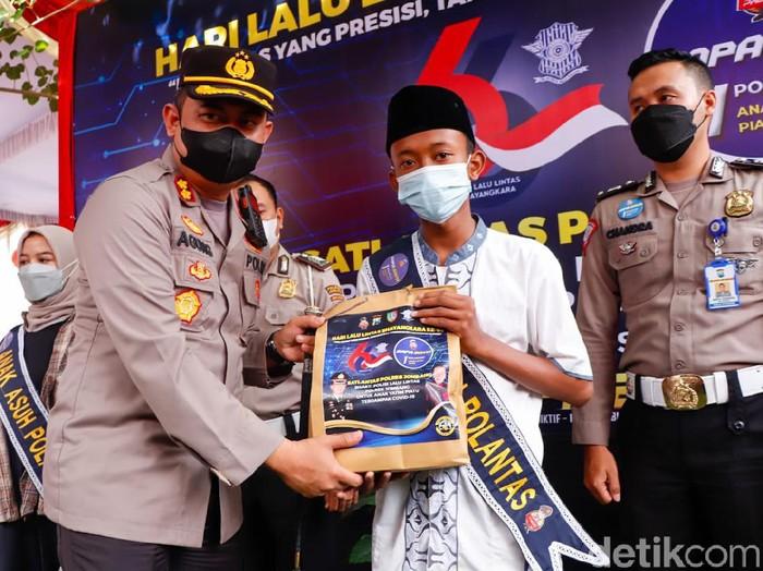 Polisi Jombang menggelar vaksinasi terhadap 100 remaja yang orang tuanya menjadi korban COVID-19. Tidak hanya itu, polisi juga mengangkat sebagian anak tersebut sebagai anak asuh.