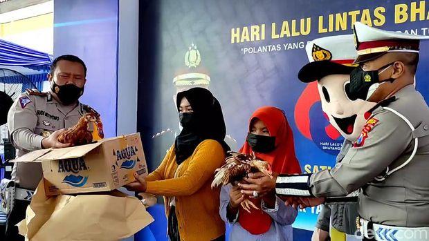 Selfiana Azahra Damayanti tak dapat menyembunyikan kebahagiaan. Siswi Madrasah Aliyah Negeri Pacitan itu tampak kegirangan begitu namanya disebut. Dia pun bergegas menghampiri petugas yang memanggilnya di halaman Mapolres Pacitan.