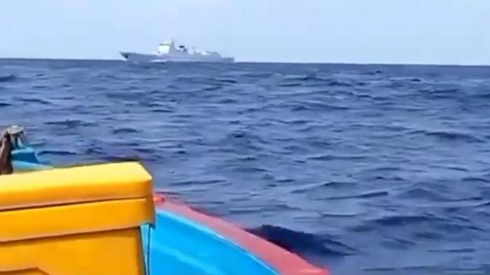 Video nelayan disebut berhadapan dengan kapal Coast Guard China di Laut Natuna Utara. (Screenshot video viral)