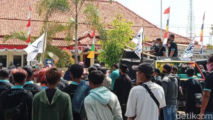 Warga terdampak pembangunan Bendung Bener geruduk BPN Purworejo, Jumat (17/9/2021).