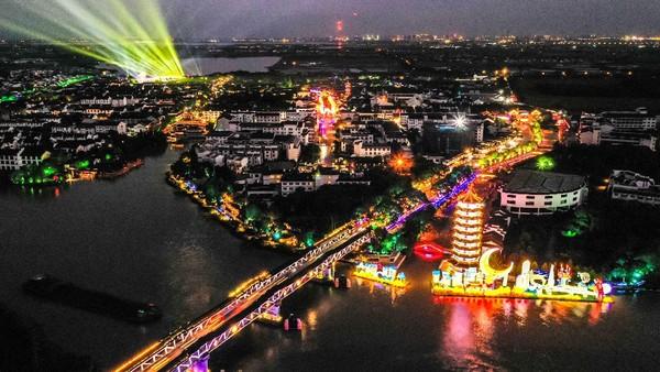 Foto dari udara yang menampakkan festival lentera di Zhouzhuang, Kota Kunshan, Provinsi Jiangsu, China timur, Selasa (16/9/2021) waktu setempat.