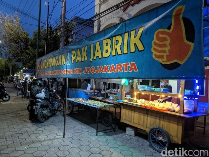 Angkringan Pak Jabrik Favorit di Jogja, Menunya Nasi Mercon hingga Sate Keong
