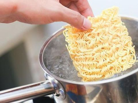 Cara Masak Mie Instan yang Aneh Ini Tak Cocok Buat yang Emosian