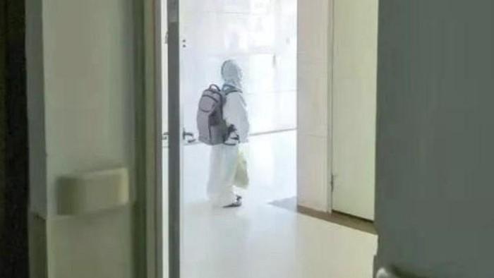 Viral video anak usia 4 tahun memakai hazmat lengkap tiba di RS untuk karantina sendirian.