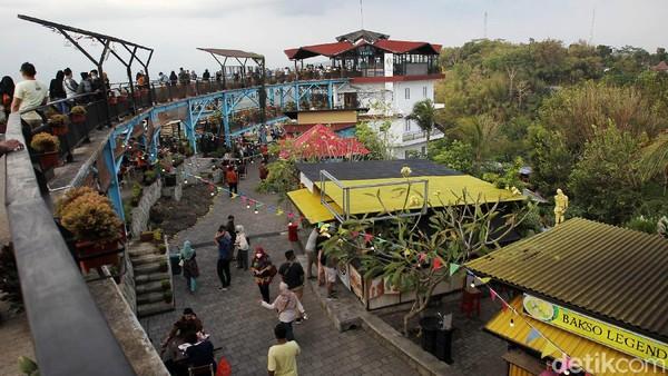 Wisatawan memadati tempat wisata Heha Sky View untuk berfoto dan makan-makan.