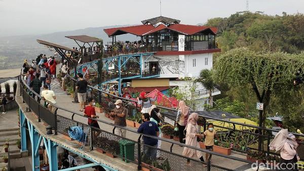 Wisatawan menikmati pemandangan alam yang disajikan di tempat wisata Heha Sky View, Dlingo, Gunung Kidul, Yogyakarta, Sabtu (18/9/2021).