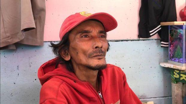 Ian, pemilik warung di depan rusun sempat melihat jenazah korban sesaat setelah ditemukan tewas