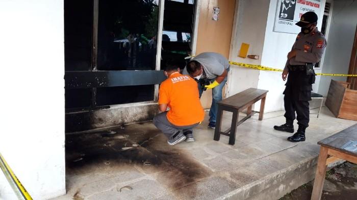 Kantor LBH Yogyakarta diduga diteror molotov, Sabtu (18/9/2021) dini hari. Polisi turun tangan melakukan olah TKP.