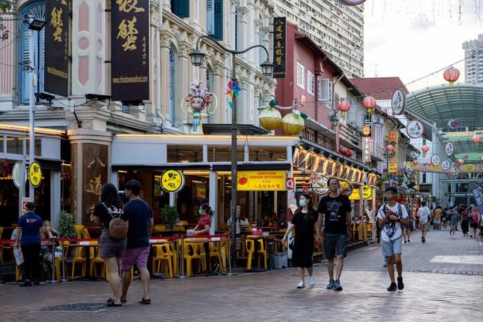 Singapura melaporkan kasus gejala berat dan angka pasien Corona rawat inap meningkat beberapa hari terakhir. Ratusan orang terinfeksi dari klaster perkantoran hingga asrama.