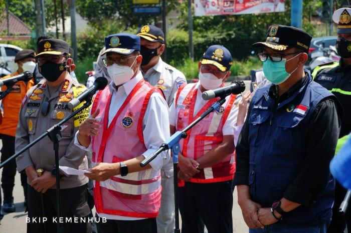 Menteri Perhubungan Budi Karya Sumadi meninjau penerapan ganjil genap di Simpang Gadog, Puncak, Kabupaten Bogor. Hal itu dilakukan untuk melihat langsung implementasi ganjil genap dalam mencegah terjadinya kepadatan di kawasan wisata.