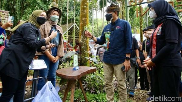 Dengan penanganan COVID-19 di Banyuwangi yang baik dan disiplin protokol kesehatan, Sandiaga optimis pariwisata di Banyuwangi bisa bangkit.