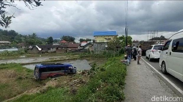 Kecelakaan beruntun melibatkan 9 kendaraan terjadi di jalan lintas Bukittinggi-Padang, Sumbar. Kendaraan yang terlibat ialah truk hingga sepeda motor. (Jeka Kampai/detikcom)