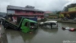 9 Kendaraan Kecelakaan di Bukittinggi, Mobil Terjun ke Kolam-Sawah