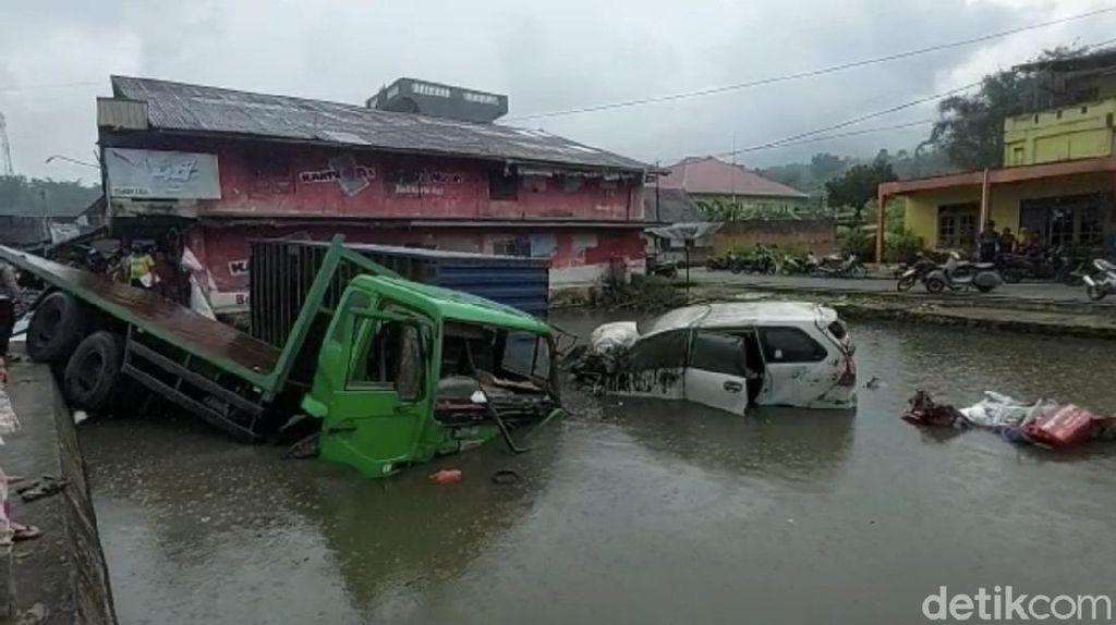 Penampakan 9 Kendaraan Terjun ke Kolam-Sawah Usai Terlibat Kecelakaan