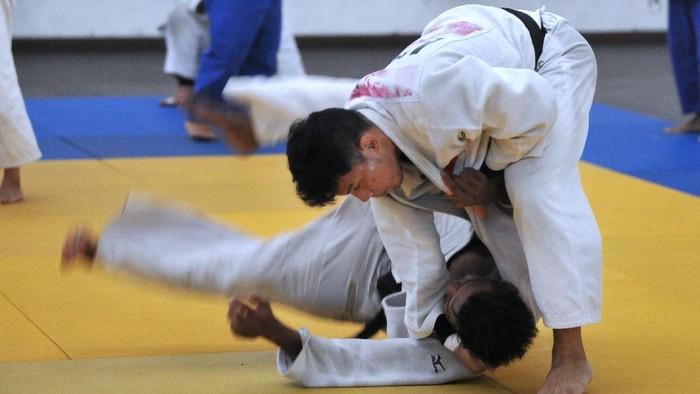 Atlet Judo Bali Gede Ganding (kanan) dan Putu Adesta (kiri) yang akan bertanding pada PON XX Papua melakukan latihan di Denpasar, Bali, Sabtu (4/9/2021). Tim PON Judo Bali akan mengirimkan 15 orang atletnya dengan target lima medali emas pada PON XX Papua. ANTARA FOTO/Fikri Yusuf/foc.