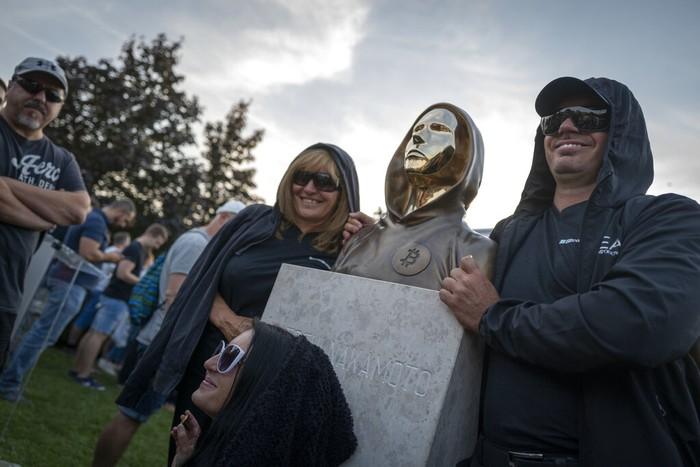 Warga berswafoto bersama patung pendiri dan penemu bitcoin di Budapest, hungaria (18/9). Sejauh ini, belum ada catatan resmi siapa penemu bitcoin. Hanya saja, patung tersebut merujuk Satoshi Nakamoto, orang yang dianggap sebagai penemu bitcoin.
