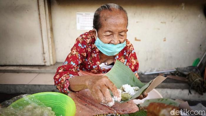 Di Yogyakarta ada sejumlah kuliner yang melegenda, salah satunya kue lupis Mbah Satinem. Bahkan hingga kini kue lupis itu tetap laris manis.