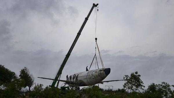 Pesawat jet ini tadinya akan dibongkar dan dijual sebagai besi tua ke China.(Sonny Tumbelaka/AFP)