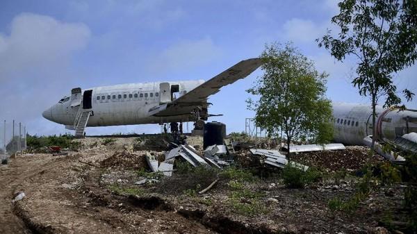 Nantinya pesawat ini akan dijadikan spot foto andalan Bali. (Sonny Tumbelaka/AFP)