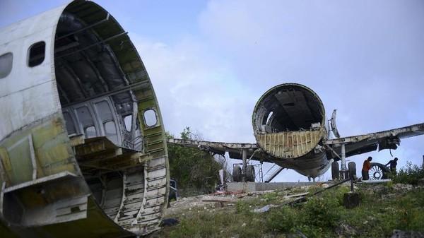 seorang penguasaha Rusia bernama Felix Demin,yang sudah tinggal di Bali yang membeli pesawat itu. (Sonny Tumbelaka/AFP)
