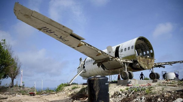 Demin membutuhkan waktu seminggu untuk merakit bagian-bagian jet ini.(Sonny Tumbelaka/AFP)