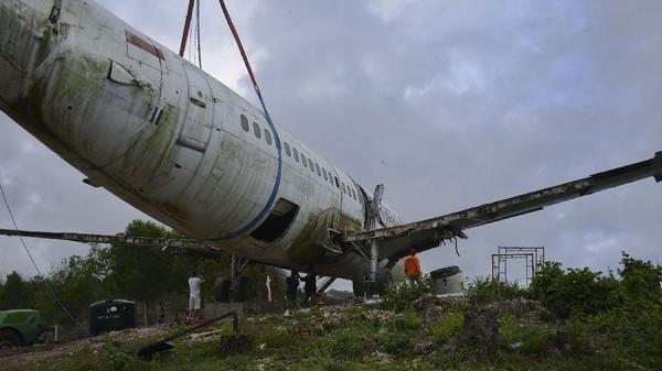 Pesawat berjenis Boeing 737 ini berada di dekat Pantai Nyang Nyang, minggu ini. (Sonny Tumbelaka/AFP)