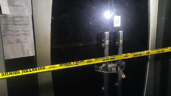 Polisi menyegel tempat karaoke di Cikarang, Bekasi, yang buka hingga tengah malam