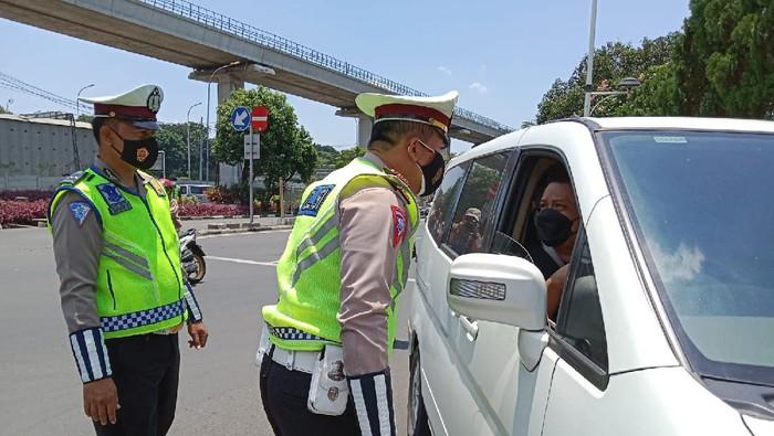Polisi putar balik pengunjung yang mengaku hendak ke acara di TMII tapi tidak membawa bukti undangan (Annisa/detikcom)