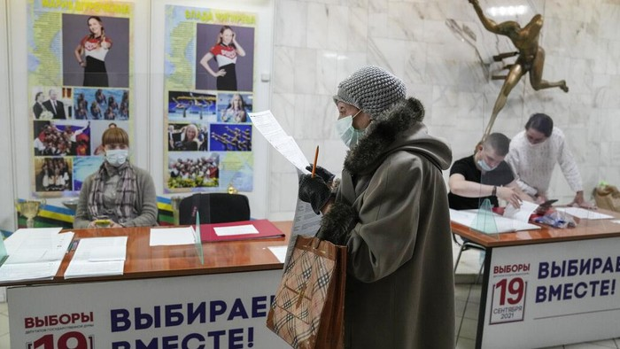 Rakyat Rusia menyalurkan hak pilihnya dalam pemilu legislatif di Rusia, (17/9). Pemilu di negara tersebut digelar 3 hari untuk memilih anggota majelis rendah.