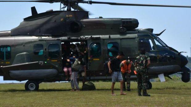 Proses evakuasi 9 nakes dan 1 anggota TNI di Papua