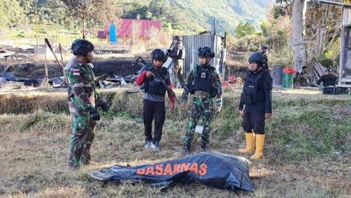 Proses evakuasi jenazah suster Gabriella Maelani (22), salah satu nakes korban kekejaman KKB berlangsung dramatis. Aparat ditembaki KKB. (dok TNI AD)