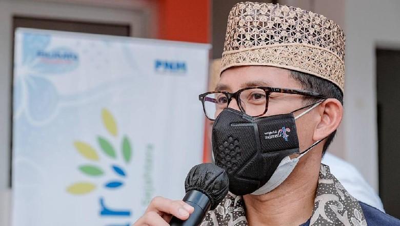 Menteri Pariwisata dan Ekonomi Kreatif/Kepala Badan Pariwisata dan Ekonomi Kreatif, Sandiaga Salahuddin Uno, berkesempatan untuk menemui pelaku ekonomi kreatif yang menjadi nasabah PT. Permodalan Nasional Madani (PNM) cabang Banyuwangi, Jawa Timur.