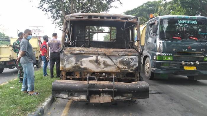 Satu unit truk kontainer dan sepeda motor terlibat kecelakaan di Jalan Asrama, Medan, Sumatera Utara (Sumut). Dua kendaraan itu lalu terbakar hingga hangus. (dok Istimewa)