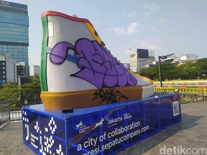 Sebuah tugu berbentuk sepatu yang baru dipamerkan di kawasan Sudirman, Jakpus sudah menjadi sasaran vandalisme. (Adhyasta D/detikcom)