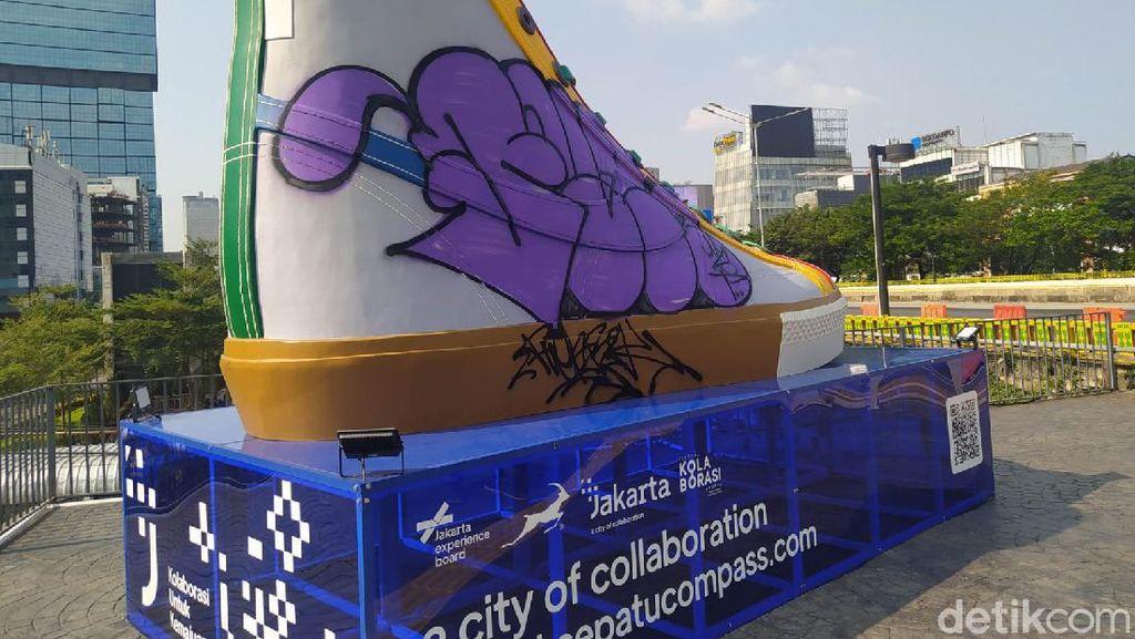 Penampakan Tugu Sepatu di Sudirman Jadi Sasaran Vandalisme