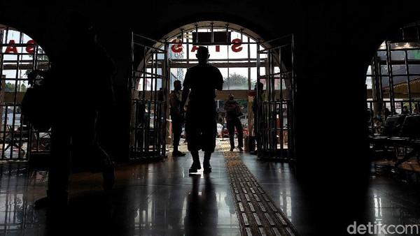 Karena stasiun ini merupakan gerbang pertama bagi perantau yang ingin mengadu nasib di kerasnya Ibu Kota.