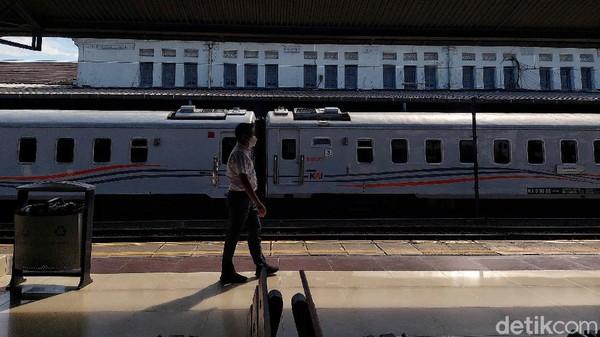 Gayung bersambut baik, tahun 1913 Staatssporwegen (SS) membeli jaringan perkeretaapian Jakarta-Buitenzorg (Bogor) milik perusahaan kereta api swasta Nederlandsch Indische Spoorweg Maatschappij (NISM). Sebelumnya jalur Jakarta-Bogor merupakan jalur kereta api pertama di Jakarta yang diresmikan pada tahun 1873.