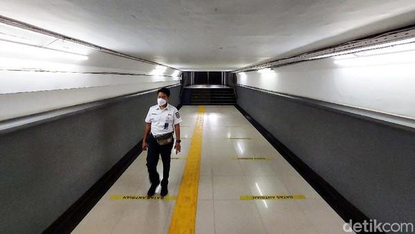 Perlu diketahui terowongan penumpang ini menjadi yang pertama dibangun di Indonesia. Dulunya ada dua stasiun yang memiliki teroeongan penumpang yang berada di bawah rel, yaitu Stasiun Pasar Senen, dan Stasiun Tugu.