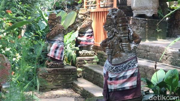 Ada spot foto untuk wisatawan dengan nuansa ala Bali. Wisatawan juga bisa naik kudo yang dipatok harga Rp 5 ribu per orang.