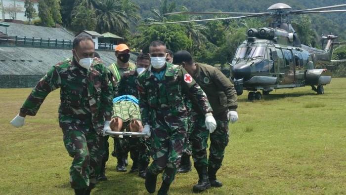 Tenaga kesehatan (nakes) korban kekejian KKB di Distrik Kiwirok, Pegunungan Bintang berhasil dievakuasi menggunakan helikopter TNI AD ke Jayapura (dok TNI AD)