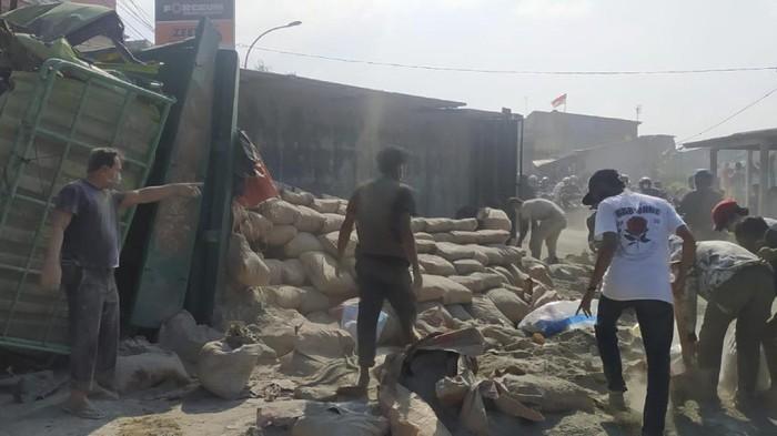Truk muatan semen terguling di Sukabumi