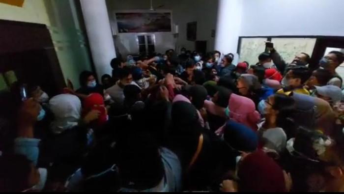Vaksinasi di Alun-alun Serang sempat ricuh karena warga jual form registrasi