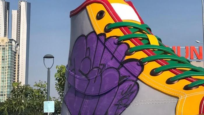 Tugu sepatu yang terpasang di depan Stasiun Sudirman BNI City jadi sasaran aksi vandalisme. Padahal tugu ini baru dipamerkan ke publik pada Jumat 17 September 2021 kemarin.