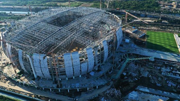 Foto udara pembangunan Jakarta International Stadium (JIS) di Jakarta, Jumat (17/9/2021). Progres pembangunan Jakarta International Stadium berkapasitas 82.000 penonton yang digarap oleh PT Jakarta Propertindo itu pada minggu ke-105 telah mencapai 70,8 persen. ANTARA FOTO/Hafidz Mubarak A/hp.